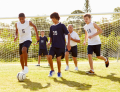 Adolescents jouent au football